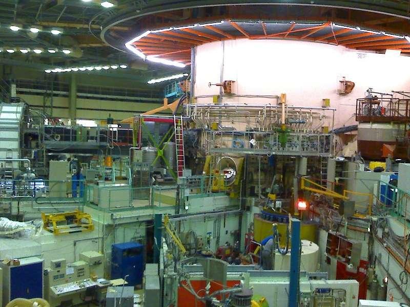 L'intérieur du hall où se trouve le réacteur nucléaire de l'institut Laue-Langevin. Les faisceaux de neutrons qu'il produit ont de multiples applications pour l'étude des matériaux. © Nerd bzh, Wikipédia, cc by sa 3.0