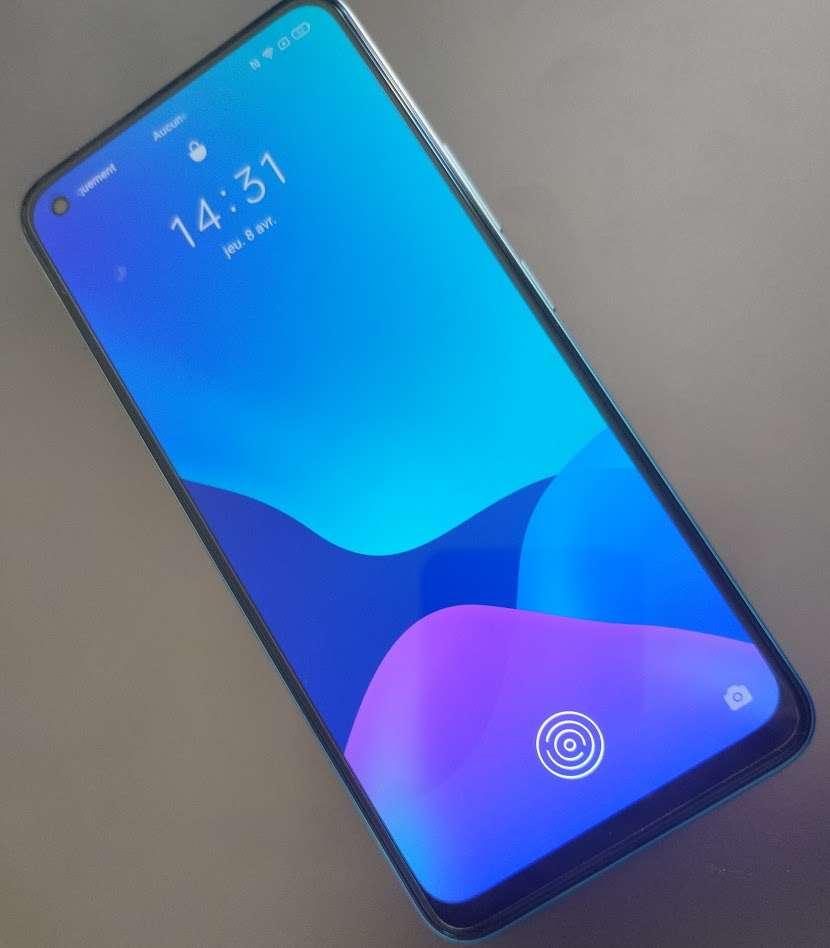 Le capteur d'empreinte digitale se trouve sous la surface de l'écran. Un petit plus pour ce smartphone à 299 euros dont l'écran Super Amoled est d'excellente qualité. © Futura