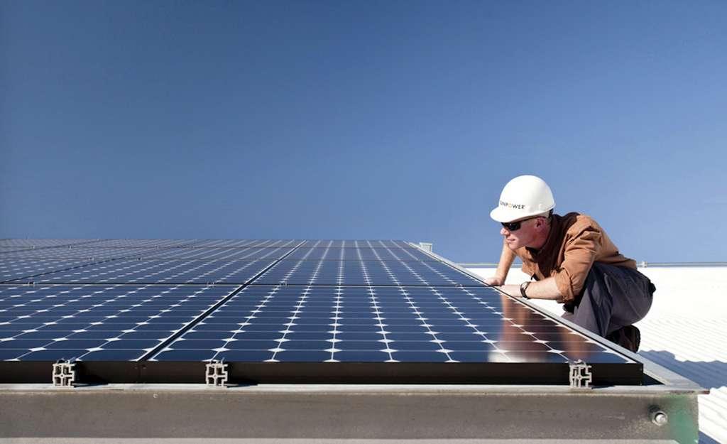 Pose de panneaux photovoltaïques « SunPower » par un installateur agréé, membre de la filière. © Avenir Énergie