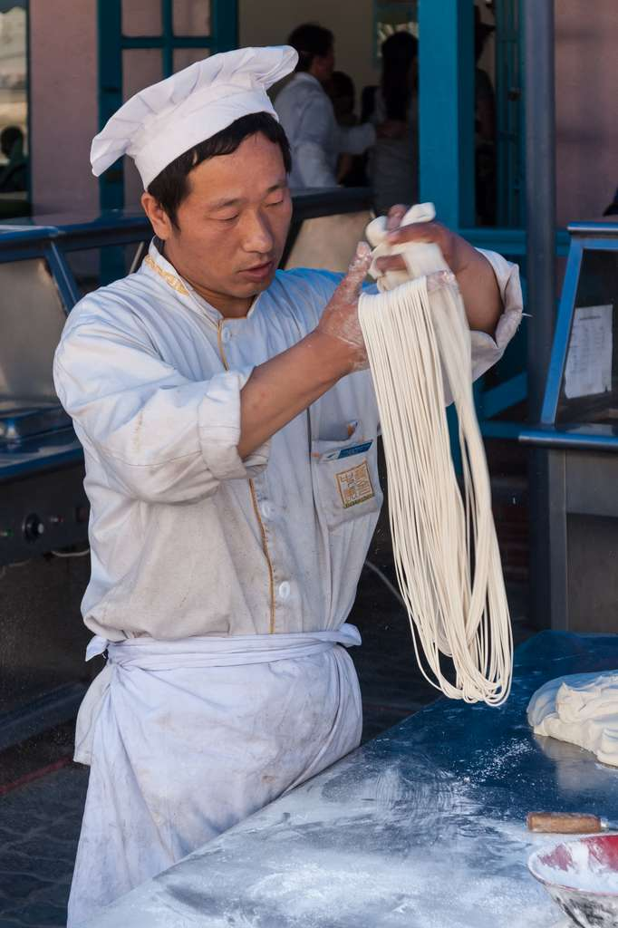 Fabricant chinois de pâtes artisanales ; Dalian Laohutan Ocean Park, Chine, 2009. © CEphoto, Uwe Aranas.