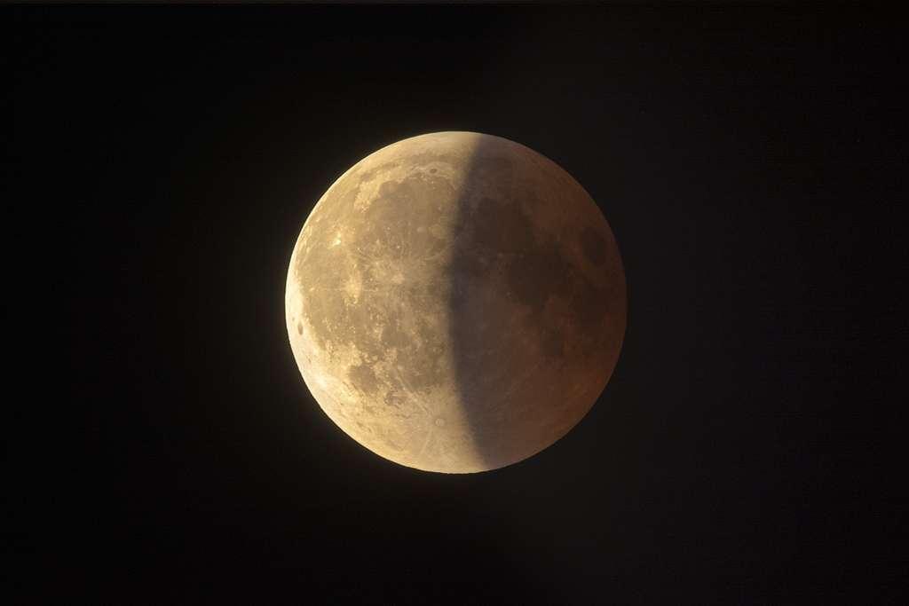 La fin de l'éclipse de Lune photographiée à Colli di San Fermo, au nord de l'Italie. © Antonio Finazzi, Spaceweather