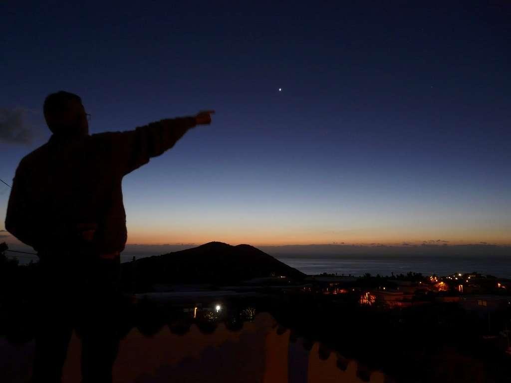 Rien de tel qu'un montreur d'étoiles pour vous guider dans la découverte du ciel. Crédit J.-B. Feldmann