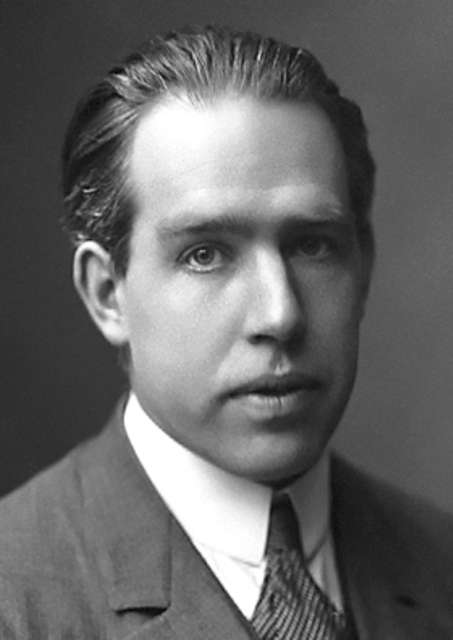 Niels Bohr avait proposé le premier modèle quantique de l'atome. Il développa le modèle de la goutte liquide du noyau proposé initialement par Gamow et Heisenberg et s'en servit pour donner, avec Wheeler, la première théorie de la fission nucléaire. © Nobel Media AB 2012