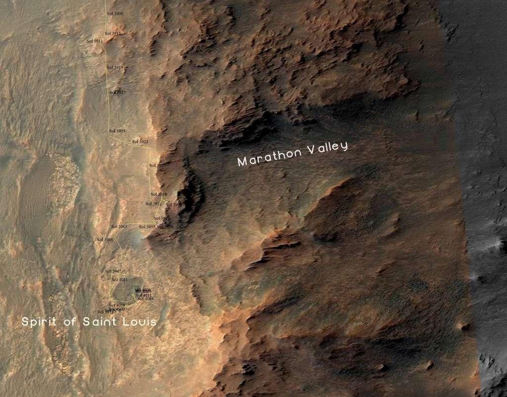 Sur cette image de la sonde MRO, le parcours d'Opportunity sur les remparts ouest d'Endeavour a été tracé jusqu'au sol 4031 (26 mai 2015). Ce jour-là, le rover sur le bord du petit cratère Spirit of Saint Louis. La vallée creusée à droite se nomme Marathon Valley. Plus à droite encore, hors champ, il y a l'intérieur du cratère de 22 km de diamètre. © Nasa, JPL