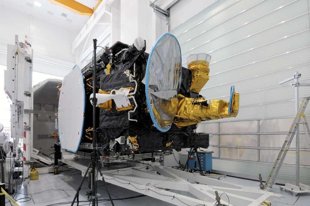 Le satellite Eutelsat 21B installé dans un conteneur pour l'envoyer de l'usine cannoise de Thales Alenia Space, où il a été construit, à Kourou en Guyane d'où il sera lancé ce soir. © Thales Alenia Space