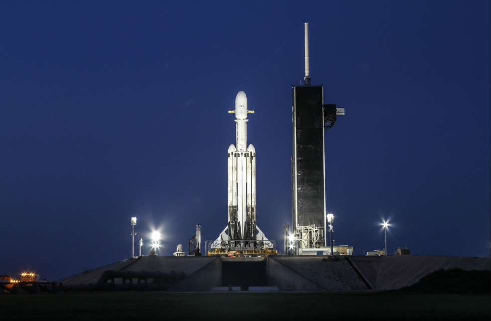 Le lanceur lourd Falcon Heavy dressé sur son pas de tir au Centre spatial Kennedy en Floride, le 24 juin 2019 très tôt le matin, à l'approche de sa troisième mission. © SpaceX