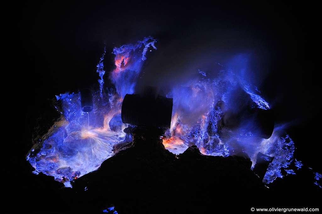 De nuit, le volcan Kawah Ijen paraît cracher de la lave bleue de façon continue. © Olivier Grunewald, tous droits réservés
