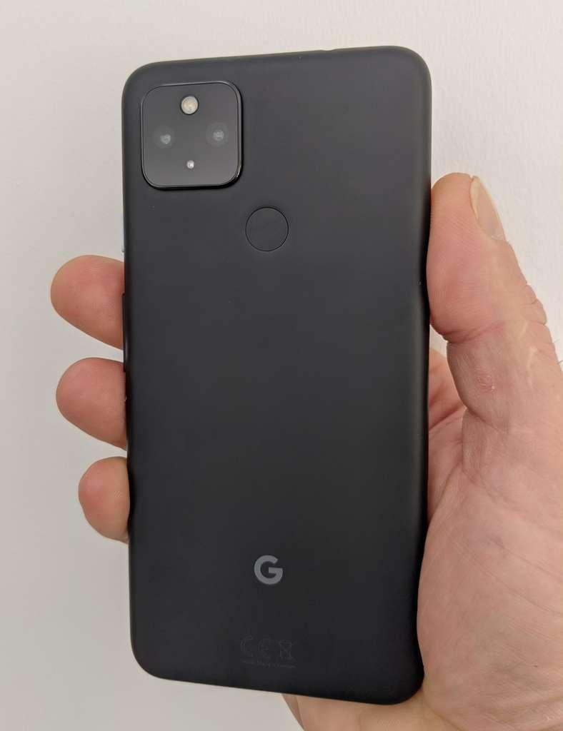 Le dos noir mat du Pixel 4a 5G est agréable au toucher. © Marc Zaffagni