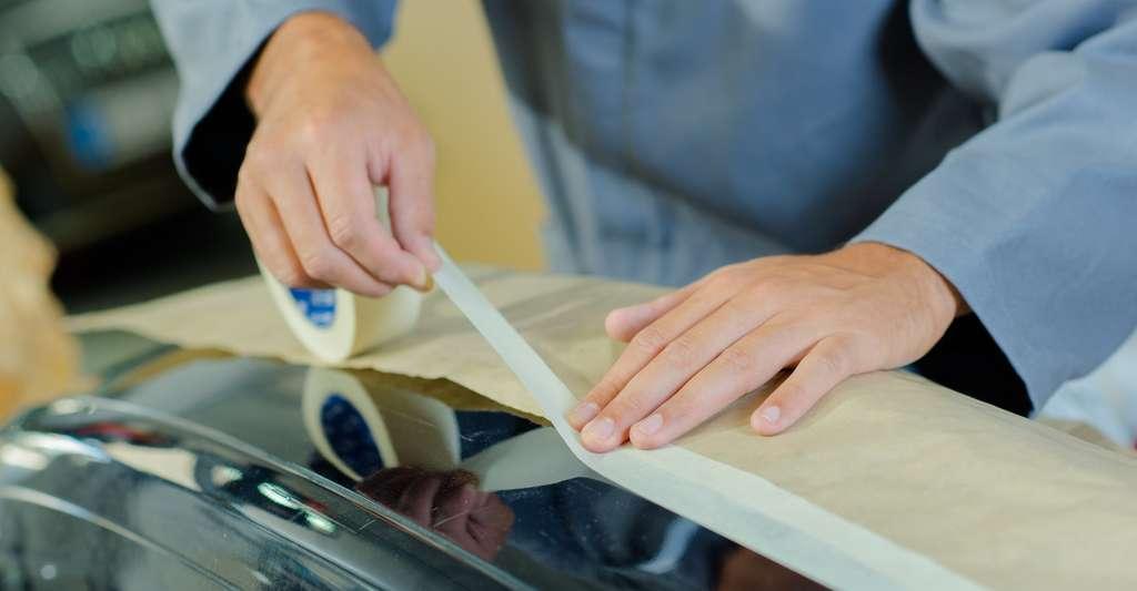 Le ruban adhésif a été inventé dans les années 1920 afin de servir à délimiter des parties de carrosseries à peindre. © auremar, Fotolia