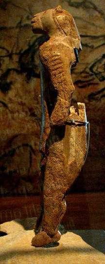 La statuette dite de l'homme-lion, haute de 30 cm et découverte en 1939 dans la grotte de Hohlenstein-Stadel (Bade-Wurtemberg, Allemagne), en plusieurs morceaux. Datant de 32.000 ans, elle représente un homme coiffé d'une tête de lion (ou de lionne) des cavernes. © JDuckeck, DP