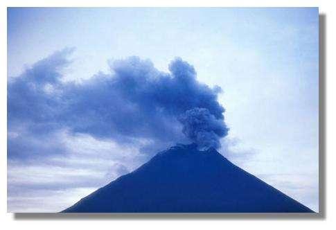 Panache de gaz et cendres sortant du cratère du volcan Tunguarahua (Equateur). On observe bien les chutes de cendres sur la partie supérieure du cône volcanique. Vu depuis l'OVT (Observatoire du Volcan Tungurahua) le 25 mars 2002. © IRD/Jean-Philippe Eissen