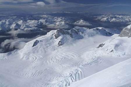 Vue vers l'Est depuis le glacier du San Valentin, au fond le lac Général Carerra. Pour la première fois, plusieurs carottes de glace ont été extraites d'un glacier patagonien, le San Valentin (Chili, 47 degrés sud) culminant à 3900 m, dans le cadre du projet Sanvallor soutenu par l'ANR où sont impliqués l'unité de recherche Great Ice de l'IRD, le LSCE, le LGGE, le LMTG et notre partenaire chilien, le CECS. © Patrick Ginot - IRD