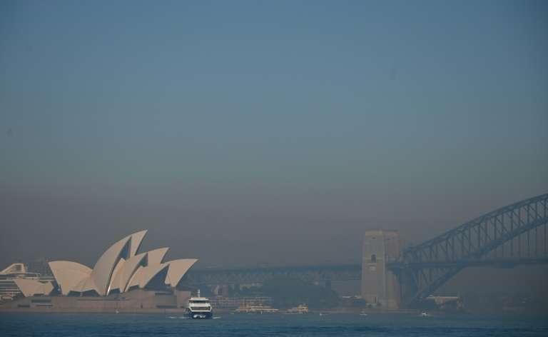Un nuage de fumée enveloppe Sydney. © Peter Parks, AFP