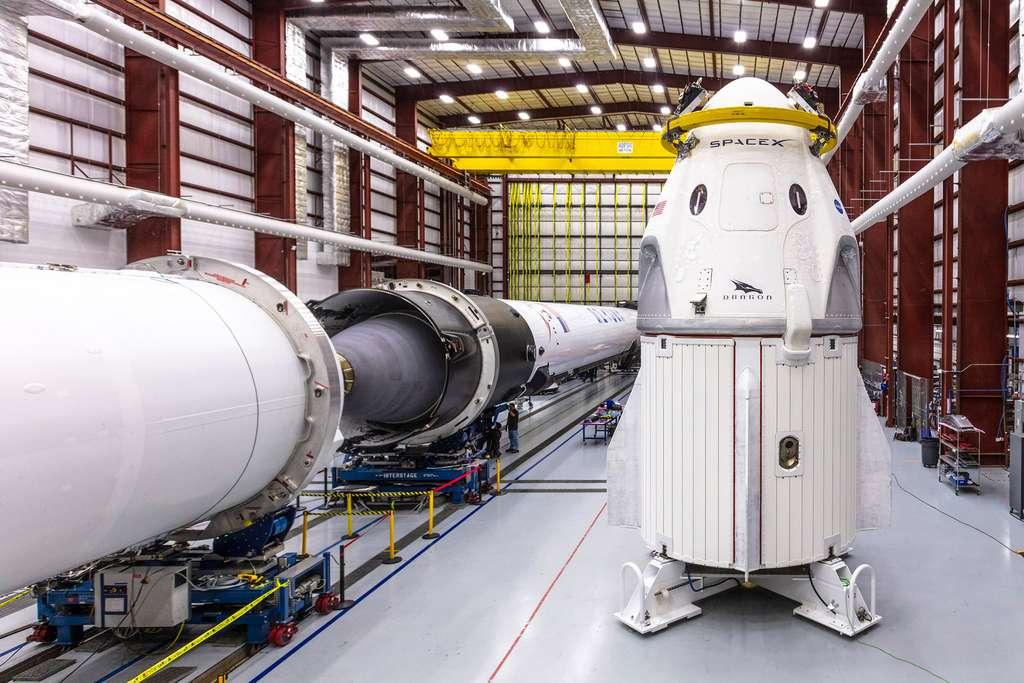 Le Crew Dragon et son lanceur, le Falcon 9 sont ici vus dans le bâtiment d'intégration de SpaceX du Centre spatial Kennedy de la Nasa. Les deux étages du Falcon 9 sont en position horizontale pour être assemblés. © Nasa, SpaceX