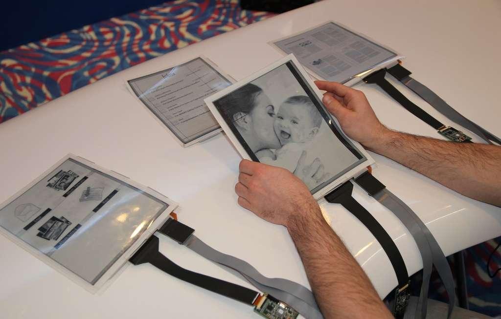 Paper Tab, un écran souple et qui communique avec ses voisins, préfigure, selon ses concepteurs, ce que seront les tablettes et les ordinateurs portables d'ici cinq à dix ans. © Queen's University, Human Media Lab