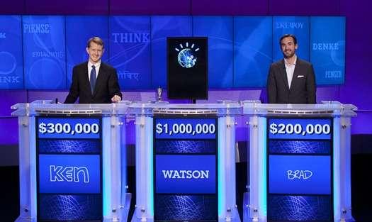 L'écran de Watson au milieu de ses deux concurrents sur le plateau du jeu télévisé Jeopardy. © IBM/Rutter Jennings