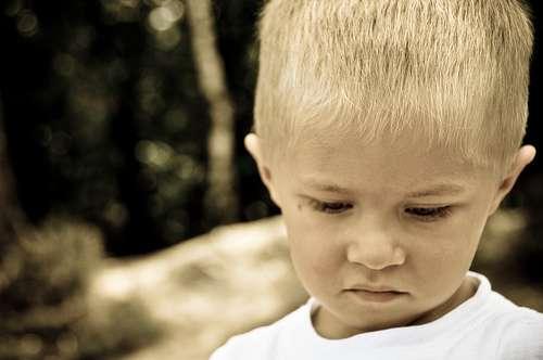 Parmi les symptômes de l'autisme, on trouve un manque de réactivité et de réponse à des stimuli sociaux. © Saad Kadhi-flickr, CC nc-nd 20