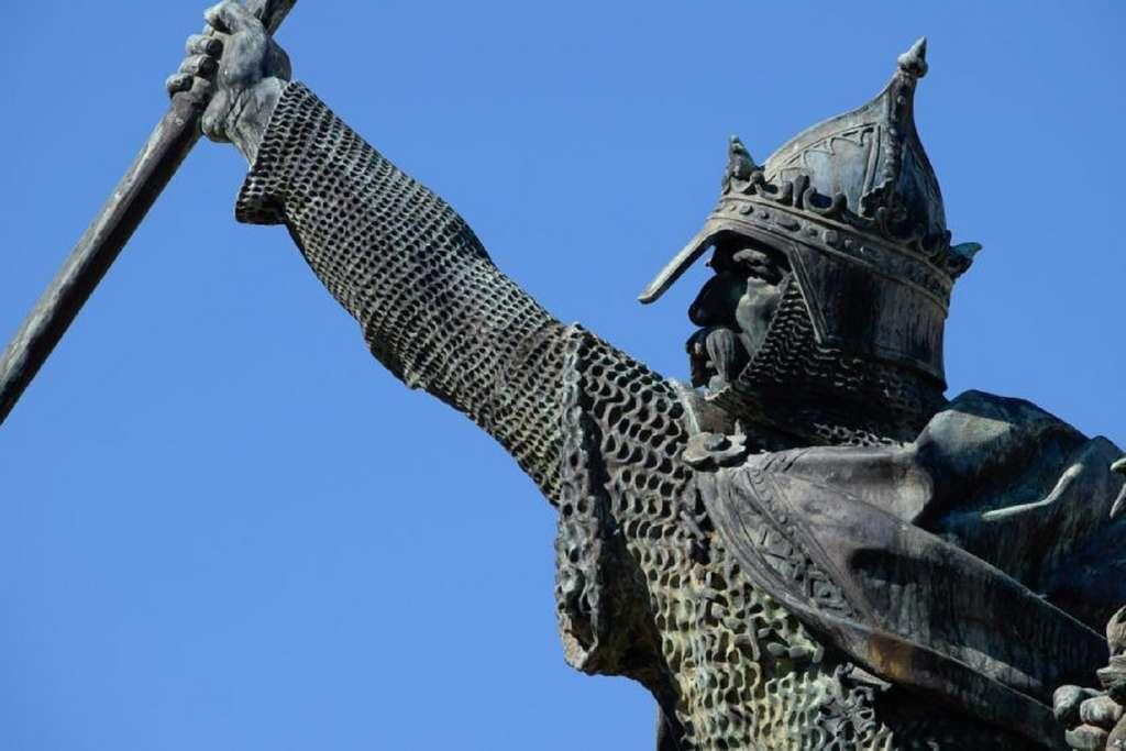 Statue équestre de Guillaume le Conquérant à Falaise. © Laurent Ridel.