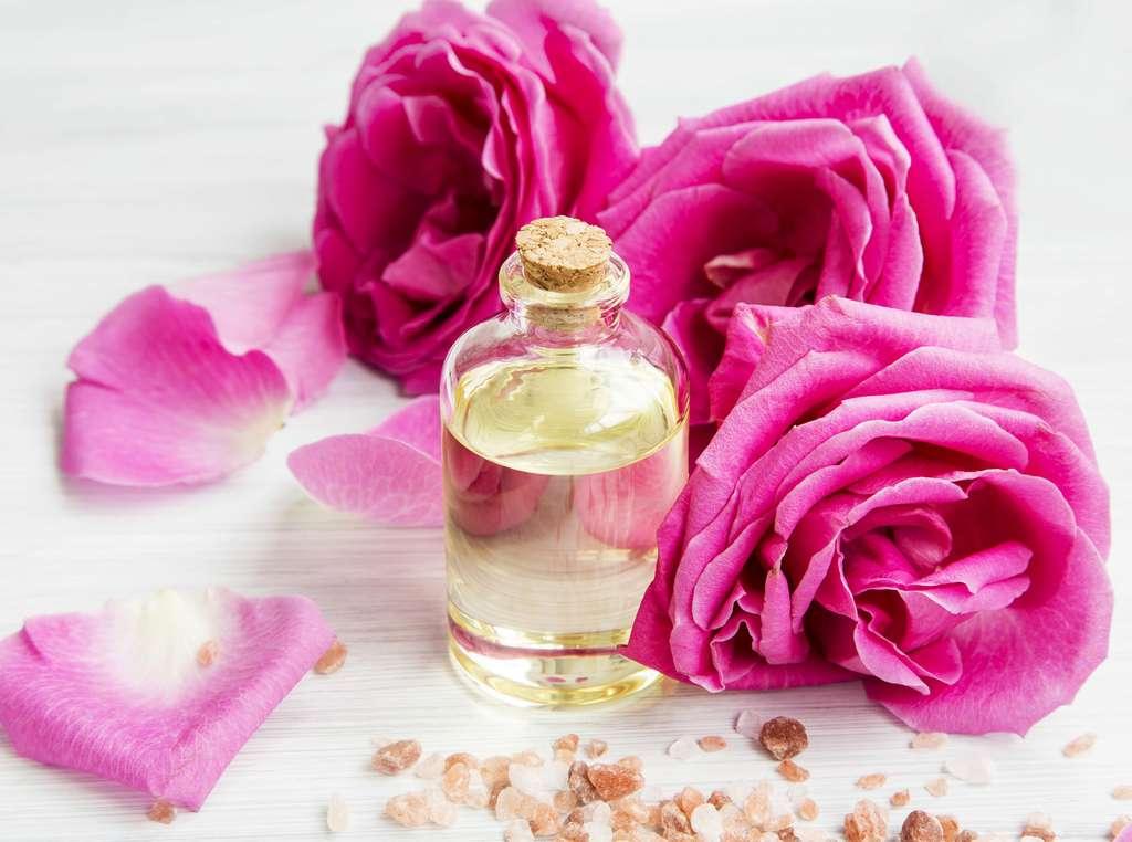 L'eau florale de rose, une eau précieuse aux vertus apaisantes. © marrakeshh, fotolia