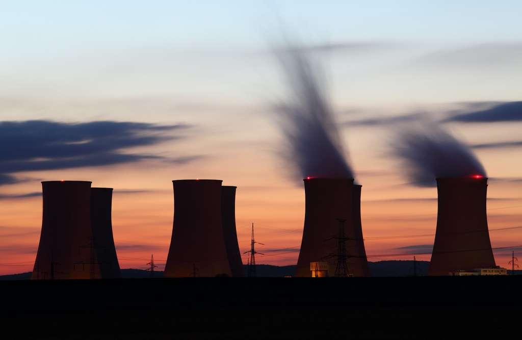 Malgré les prolongations des centrales existantes et des rares constructions, la capacité nucléaire va chuter de 20 % dans l'Union européenne d'ici 2030. © TTstudio, Adobe Stock