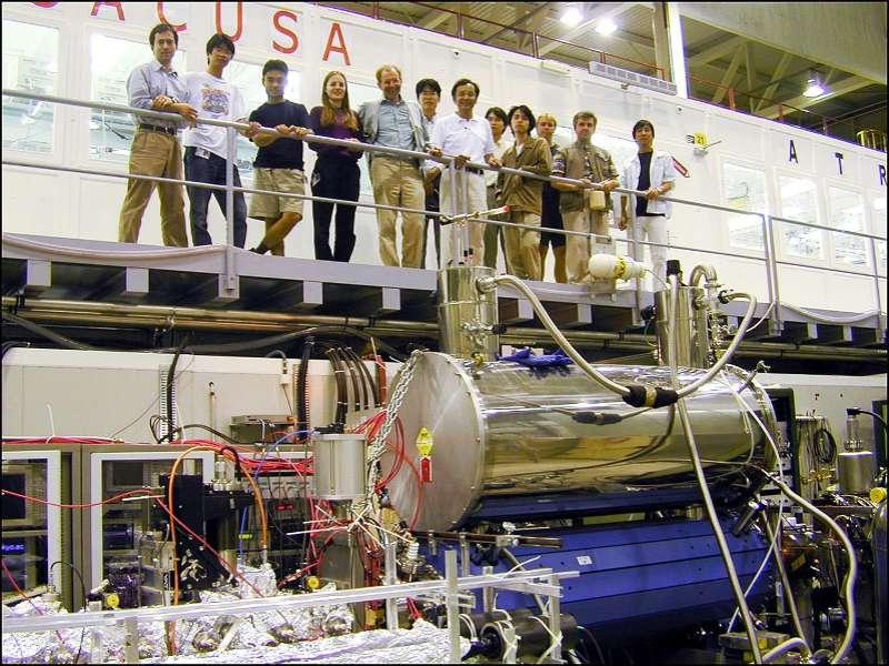 Les physiciens d'Asacusa devant leur machine. © Cern-Laurent Guiraud