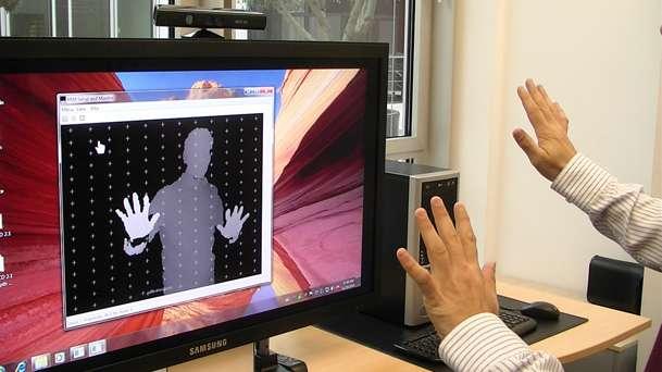 Comme le démontrent les multiples détournements du boîtier Kinect, de Microsoft (ici utilisé pour piloter Windows 7 grâce à une réalisation d'Evoluce), l'interface Homme-machine évolue rapidement, sur les appareils mobiles et le fera aussi sur les ordinateurs personnels ou les téléviseurs. © Evoluce