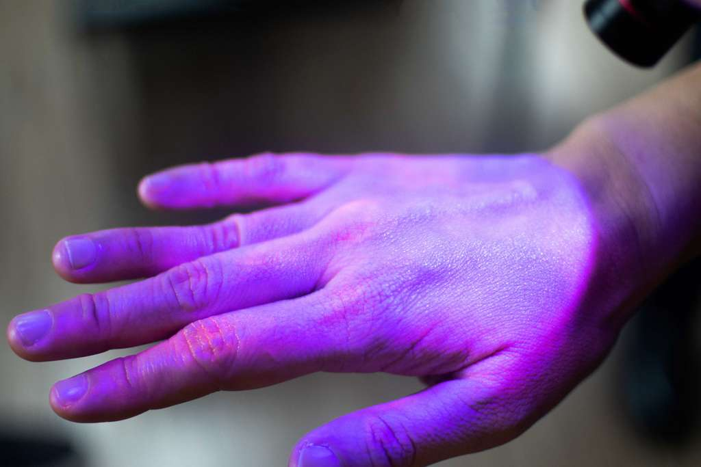 L'OMS déconseille de désinfecter ses mains aux UV. © Khunatorn, Adobe Stock