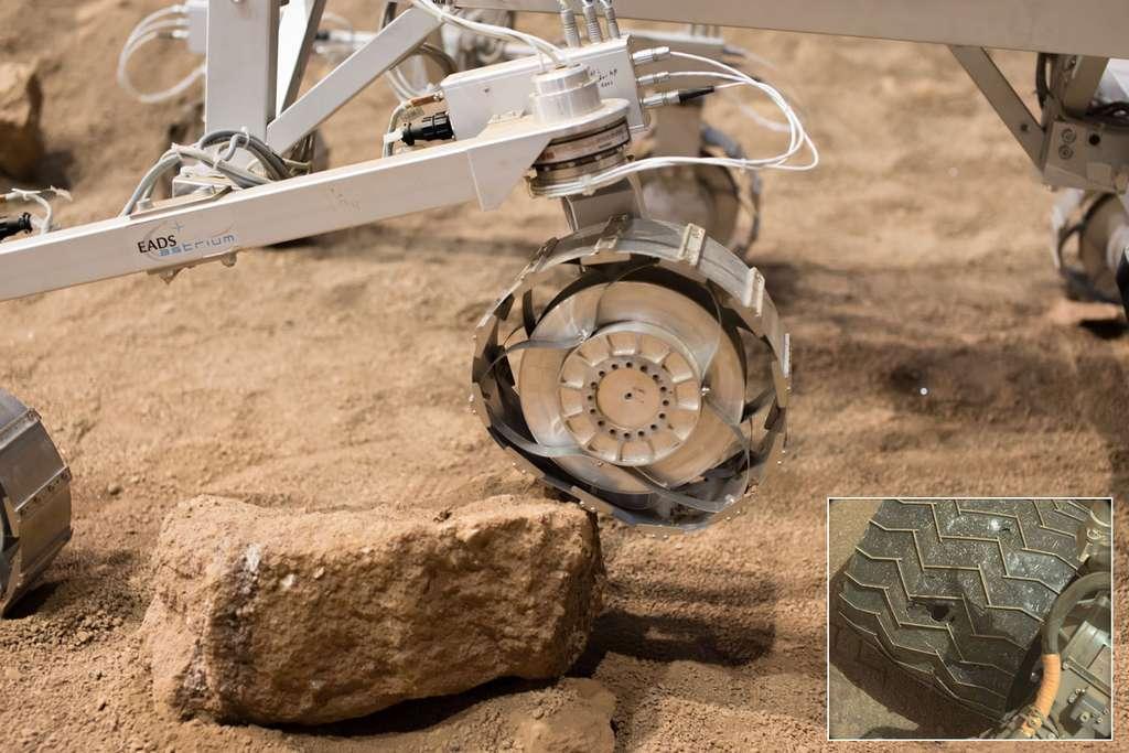 Les roues d'ExoMars 2018 sont conçues pour s'adapter au sol et donc à se déformer au contraire de celles de Curiosity (encart à droite) bien plus exposées à des risques de bosses et de perforations. © Rémy Decourt