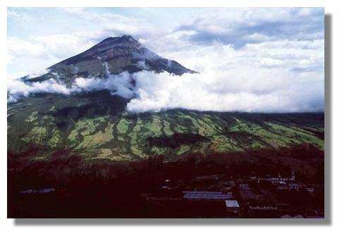 Le volcan Tungurahua (5200 m), le 19 avril 1995. Il a eu de très nombreuses éruptions historiques (au moins une éruption dans les derniers 10 000 ans) © IRD/Michel Monzier
