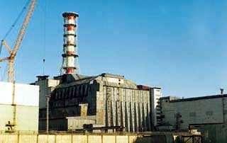 Le sarcophage entourant le réacteur numéro 4 de la centrale Bâti à la hâte, il menace de s'écrouler et de soulever un nuage de poussières radioactives... (Crédits : www.atomenergie.ch)