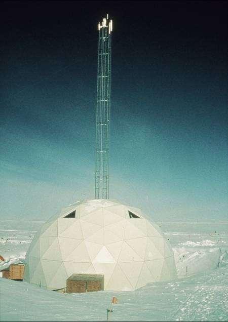 Le dôme du Gisp2, au Groenland, surmonté de la tourelle de 37 mètres, guidant le système de forage, qui a creusé la glace jusqu'à 3.053 mètres. © Mark Twickler, U. New Hampshire/NOAA/Paleoclimatology Program/Dpt of Commerce