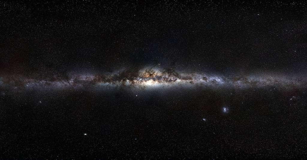 D'où viennent les sursauts gamma ? Quelle est leur origine ? Ici, la voie lactée vue depuis la Terre. (Image obtenue en assemblant des photos couvrant l'ensemble de la sphère céleste. Le panorama final correspond à 120 heures d'observations, étalées sur plusieurs semaines.) © ESO/S. Brunier, CC by 4.0