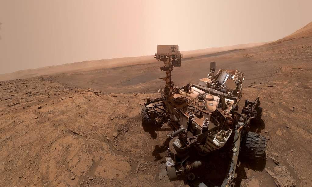 Selfie de Curiosity capturé le 11 octobre 2019 sur le site de « Glen Etive ». Bariolé de poussière, le rover commence à prendre la couleur de Mars. © Nasa, JPL-Caltech, MSSS