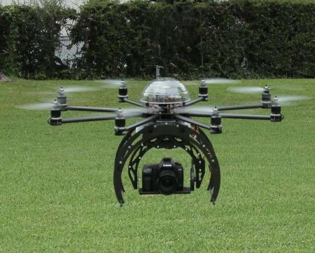 Les drones à voilure tournante, comme celui-ci, doivent pouvoir rester immobiles. Lorsqu'ils filment en volant, la difficulté est de maintenir l'objectif sur une ligne de visée fixe. Dans le domaine militaire, des systèmes articulés réalisent cette prouesse pour des armes ou des matériels de prises de vue. Au Lentink Lab, on pense qu'il est possible de faire beaucoup mieux et surtout bien plus léger en regardant le cou des cygnes... © Flying Eye, Wikimedia Commons, CC by-sa 3.0