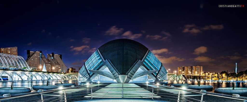 Découvrez les grandes idées révolutionnaires de l'architecture. Ici, l'hémisphérique de Valence (Espagne), construit en 1998 par Santiago Calatrava. Ce complexe culturel a été conçu comme « l'œil du savoir sur le monde ». © Cristiano Gatti, Flickr, CC by-nc 2.0