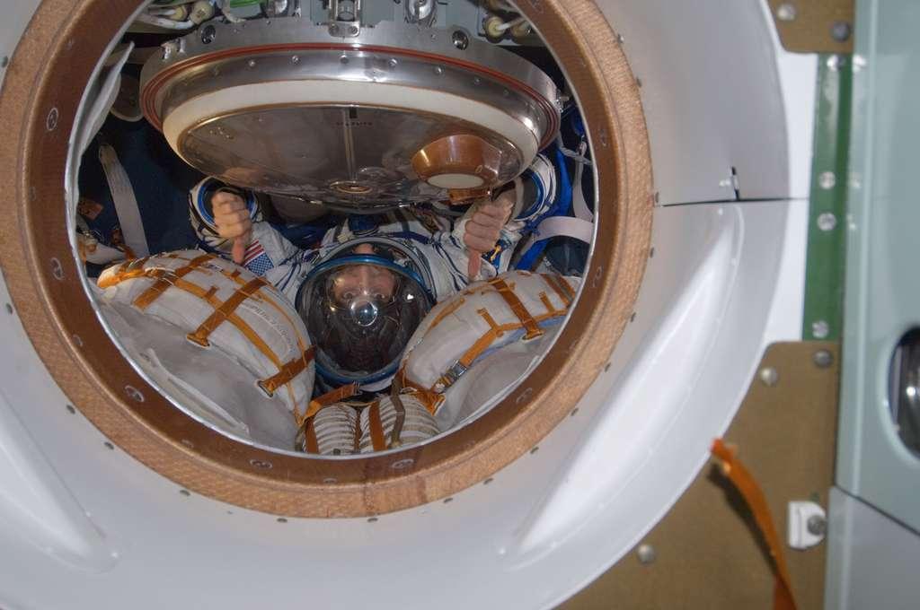 Répétition générale pour Sunita Williams, une semaine avant son départ de la Station. À l'image, essai de sa combinaison de retour à bord de la capsule Soyouz qui la redescendra sur Terre. © Nasa