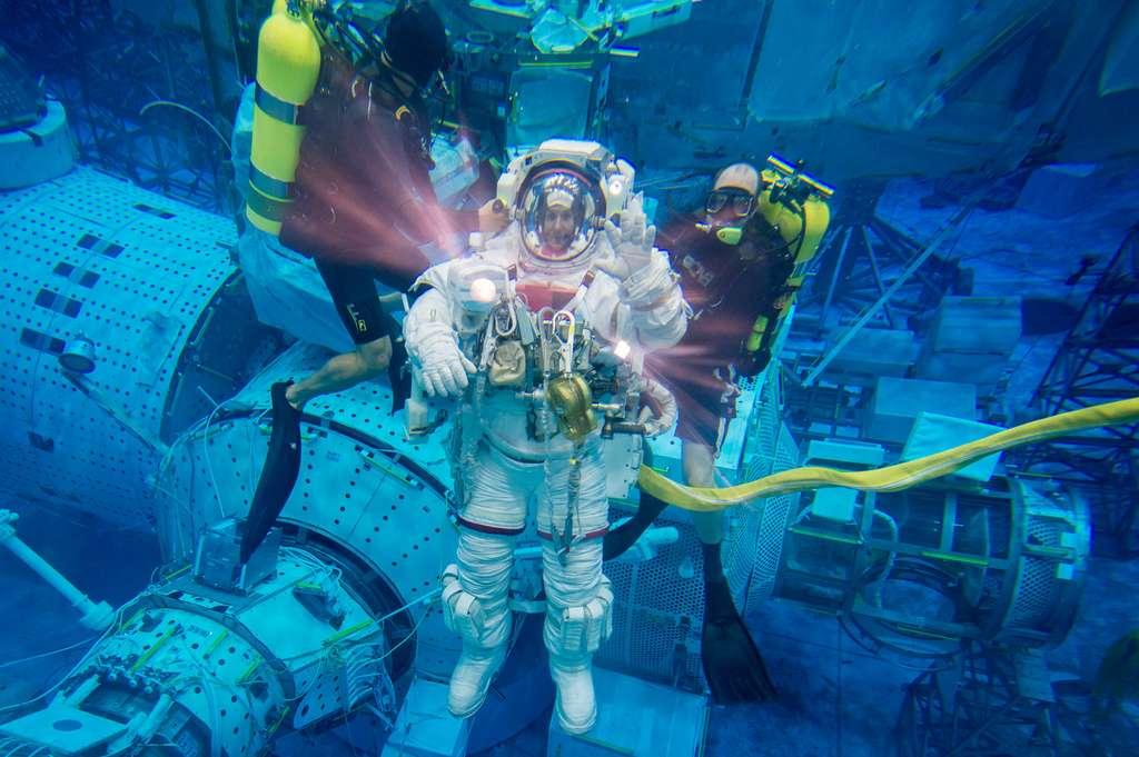 Thomas Pesquet en avril 2013 lors de l'entrainement d'une EVA dans la piscine du NBL. Lors d'une sortie dans l'espace, un des points fondamentaux pour les médecins, nous explique B. Godard est le « risque de maladie de décompression, celui que les plongeurs rencontrent aussi mais eux, au moment de la remontée vers la surface ». Pour les astronautes, ceci apparaît plutôt au début. Cette maladie est due à la « migration des bulles d'azote vers les tissus et le sang quand on passe d'une température élevée à une température plus basse ». © James Blair, Nasa