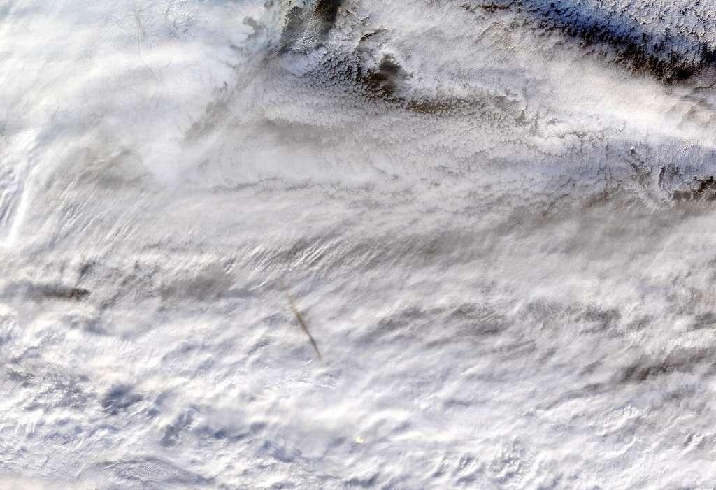 Le spectroradiomètre MODIS embarqué sur le satellite Terra de la Nasa a vu à 23 h 50 GMT la traînée de fumée laissée par le passage de la météorite qui s'est désintégrée au-dessus de la mer de Béring le 18 décembre 2018. © Nasa/GSFC