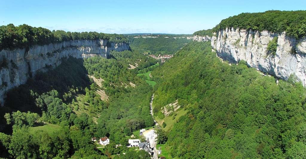 La reculée de Baume-les-Messieurs, vue depuis le belvédère, dans le Jura. © Tangopaso, DP