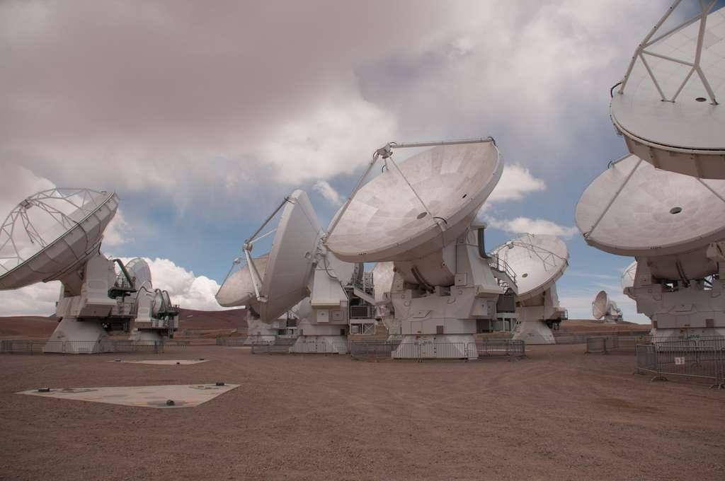 Une partie des antennes de 12 mètres d'Alma, certaines états-uniennes et d'autres européennes. Au premier plan, un emplacement sur lequel on installe une antenne en fonction de la configuration nécessaire aux besoins d'une observation. © Rémy Decourt