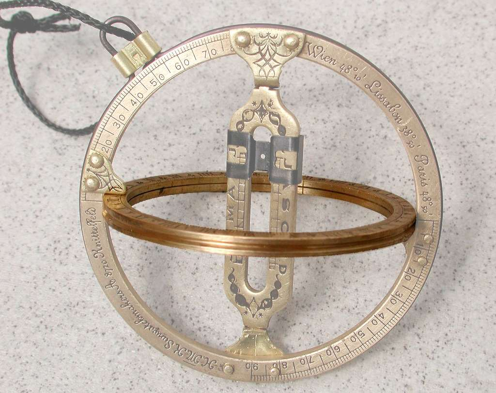 L'anneau équatorial est placé perpendiculairement par rapport à l'anneau méridien. © jailbird, CC by-sa 2.0 de
