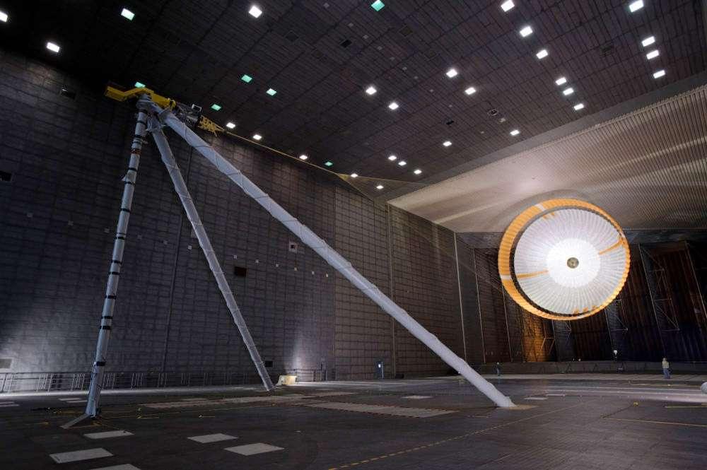 Essais en soufflerie du parachute de Curiosity (en avril 2009). Une fois ouvert, son diamètre atteint 16 m (la toile, elle, mesure plus 20 m) et la longueur plus de 50 m. Pour se faire une idée de la grandeur du parachute, repérez les deux techniciens du centre Ames, en bas à droite de l'image. © Nasa, Ames