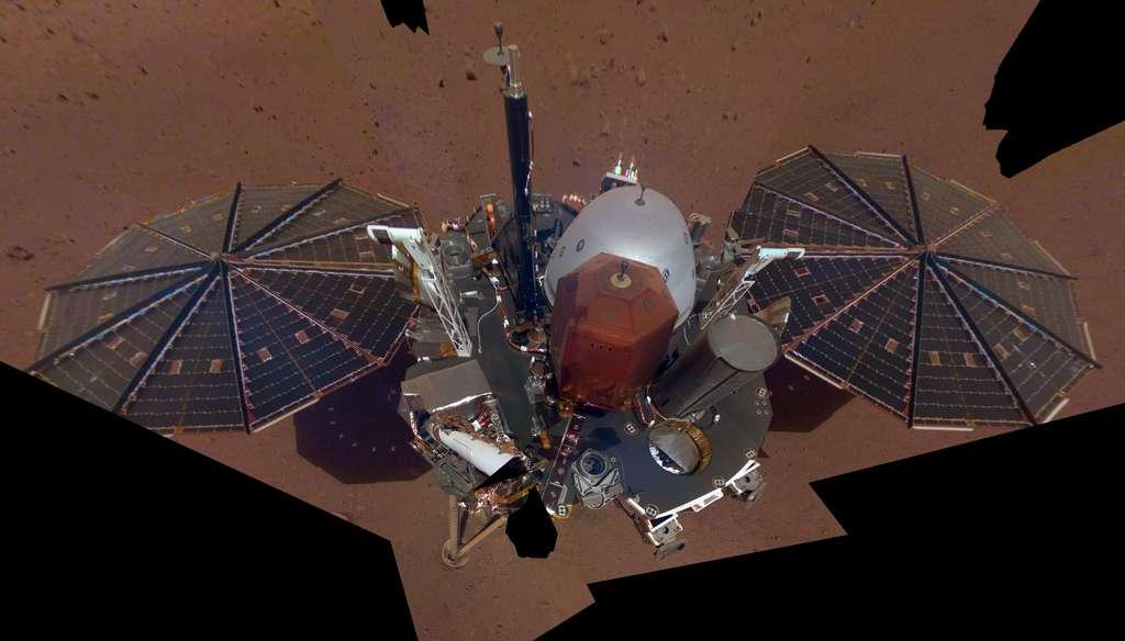 Créé à partir de onze images prises le 6 décembre par la caméra IDC (Instrument Deployment Camera) fixée au niveau du coude de son bras robotique, ce selfie constitue le premier autoportrait au complet d'InSight. © Nasa, JPL-Caltech