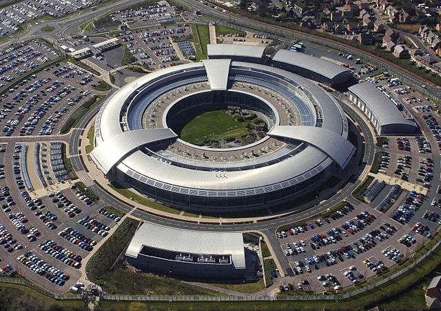 Avec la NSA, le GCHQ (Government Communications Headquarters), le service de renseignement du gouvernement britannique, est cité par The Intercept comme étant à l'origine du piratage de l'entreprise Gemalto. Cette dernière s'est refusée à confirmer cette implication et a indiqué qu'elle n'avait pas l'intention de porter plainte contre ces deux agences. © Ministry of Defence via Wikimedia Commons