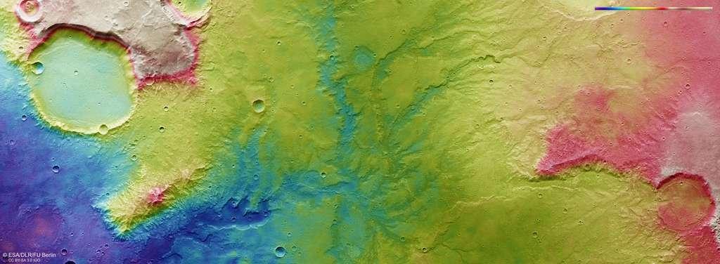 Image topographique du réseau de vallées observé par Mars Express le 19 novembre 2018. Le dégradé de couleurs indique l'altitude, avec en bleu les reliefs les plus profonds et en rouge les plus élevés. D'après la topographie, l'eau s'écoulait du nord vers le sud (le nord sur cette image étant à droite au lieu d'en haut). © ESA, DLR, FU Berlin, CC By-sa 3.0 IGO