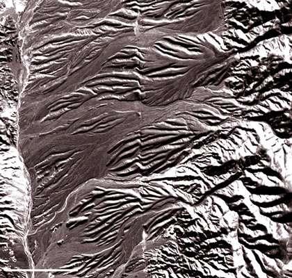 Figure 15 – Image SPOT permettant d'observer une faille décrochante (au milieu de l'image). Le mouvement de cette faille décale latéralement des cônes alluviaux et le réseau hydrographique (rivières) qui les affecte.