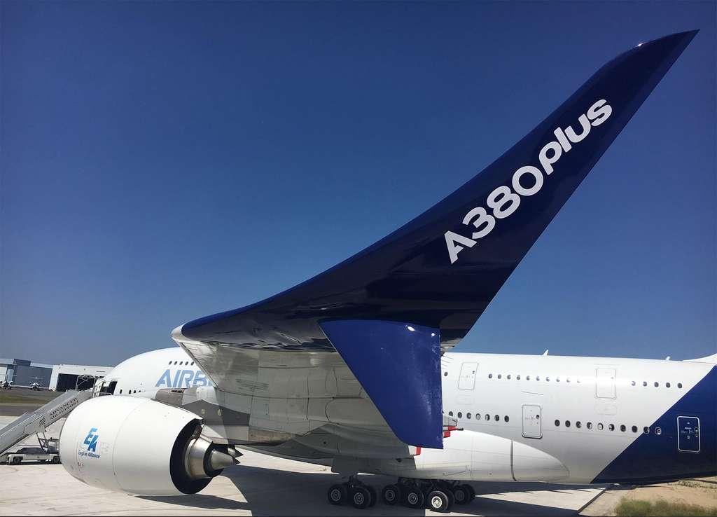 L'A380plus, une version améliorée de l'A380 qui pourrait volé en 2020, présenté au Salon du Bourget, avec, au premier plan, l'un de ses nouveaux winglets. © Airbus