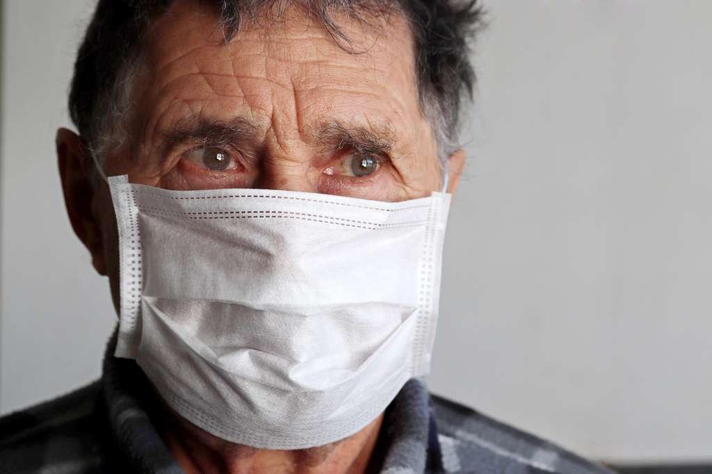 Le coronavirus cause des symptômes respiratoires qui peuvent être graves et touche principalement les personnes âgées. © Oleg, Adobe Stock