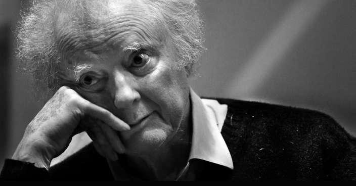 Tullio Regge (1931-2014) est un physicien théoricien italien. On lui doit des travaux importants en physique des particules élémentaires (pôles de Regge) et en relativité générale. Il a été l'un des pionniers d'une approche quantique de la gravitation (Calcul de Regge) qui se retrouvera plus tard en relation avec la théorie de la gravitation quantique à boucles. Avec John Wheeler, il a posé les bases de la théorie des perturbations des trous noirs de Schwarzschild qui mènera à la découverte de leurs modes quasi-normaux. © Istituto Nazionale di Fisica Nucleare
