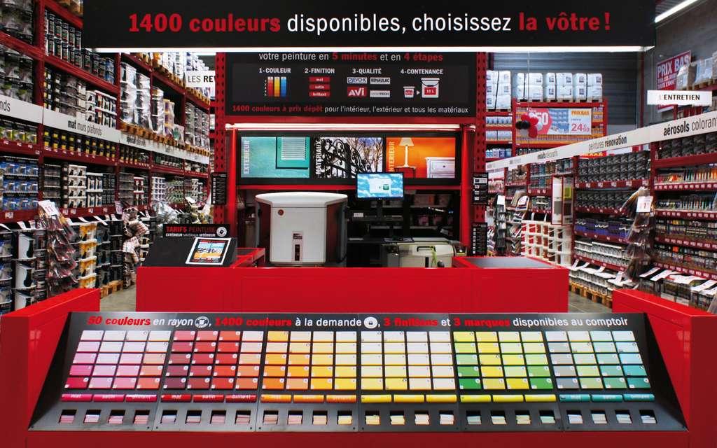 Les machines à teinter implantées dans les magasins permettent de confectionner des milliers de couleurs personnalisées, en plus des gammes proposées en rayon. © Brico Dépôt